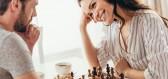 Seriál Dámský gambit získává rekordní hodnocení, jak je to ale s ženami ve světovém šachu ve skutečnosti?