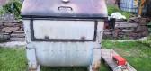 Klasickou popelnici přeměnil domácí kutil na funkční zahradní gril