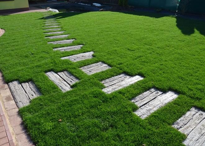 Dlažba jako součást trávníku