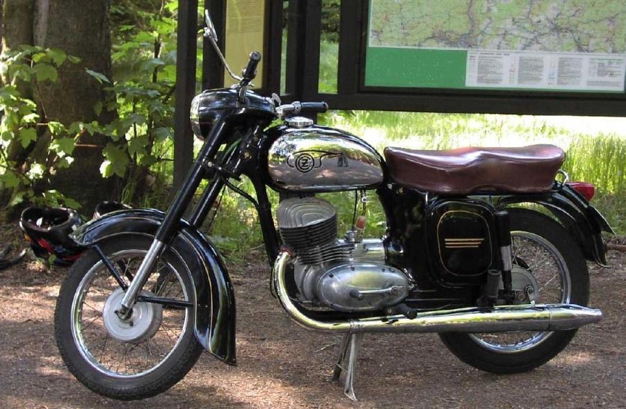 Motocykly ČZ se od Jaw lišily na první pohled jedním výfukem a černou barvou