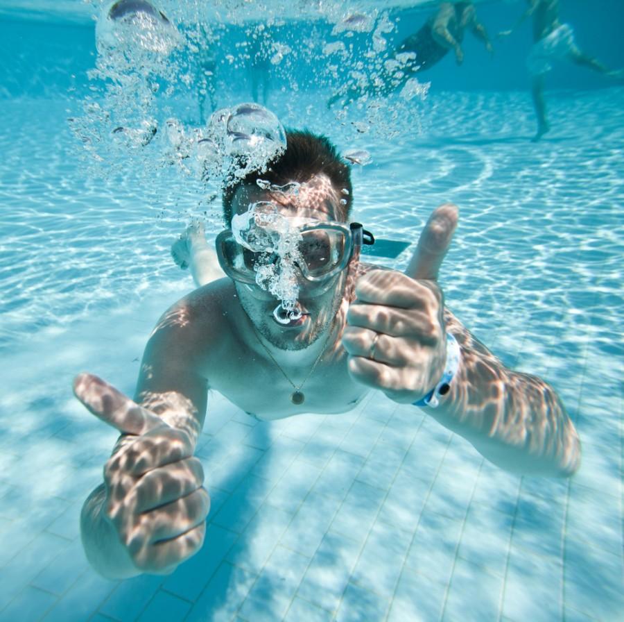 красивый мужчина в воде на море или бассейне фото