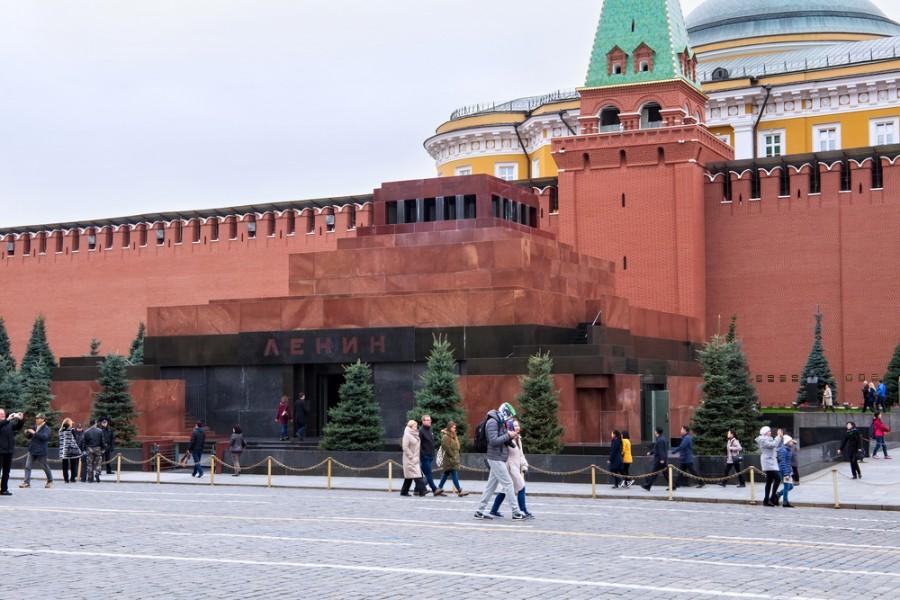 Přestože Lenin přinesl kromě revoluce i útrapy, jeho mauzoleum v Moskvě stále stojí