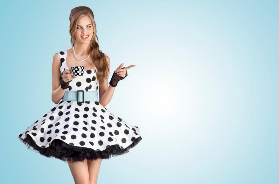 2889186bcea2 Pod šaty se širokou sukní je naprosto nezbytná a právě ona změní řadový  outfit na prvotřídní retro model. Je na každé nositelce
