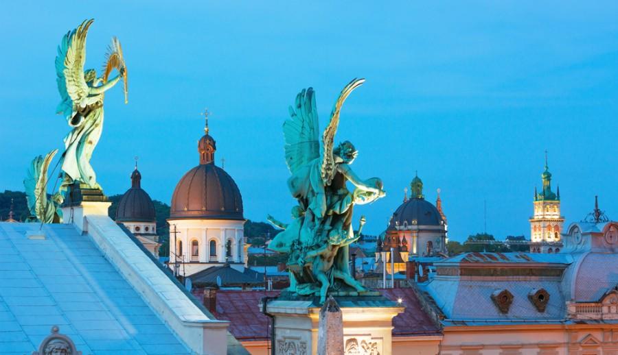 Nádherné střechy se sochami v centru Lvova