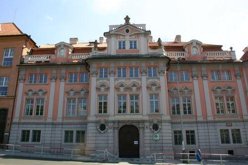 Celkový pohled na Faustův dům v Praze